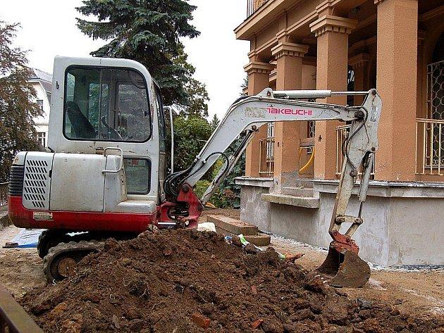 BEZ SCHODŮ. Objekt s mateřinkou v ulici Krále Jiřího je nyní bez schodů, což ovšem podle mluvčího radnice Jana Kopála nebrání v tom, aby byl dům přístupný z druhé strany.