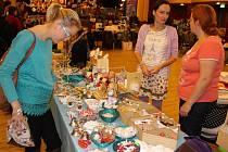Free Fler Market byl v neděli v chebské Svobodě jedinečnou příležitostí, jak se potkat s tvůrci světa fler.cz a nakoupit originální dárky pro své blízké, nebo jim je i vytvořit na workshopech. nechyběl ani hospicová bazárek.