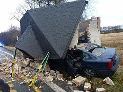 Při tragické dopravní nehodě zemřel řidič. Zastávka se po destruktivním nárazu také nedala zachránit.