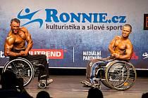 Kulturista Petr Lindák (vpravo) bral na mistrovství republiky stříbro.