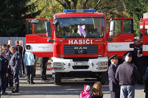 LIDÉ BYLI NADŠENÍ. Nová cisterna Anežka si okamžitě získala oblibu     u hasičů i nejdecké veřejnosti.