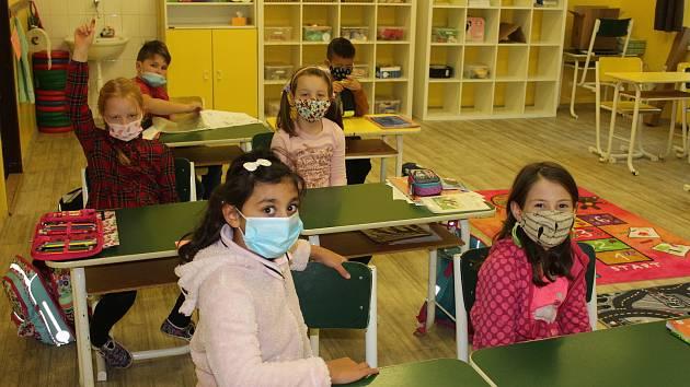 Děti z dukelské školy se na návrat do lavic těšily, měly si o čem povídat.