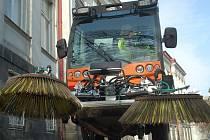 O čistotu karlovarských chodníků se postará nový zametací vůz