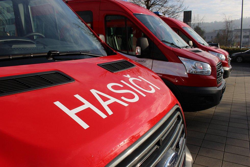 Dobrovolní hasiči z Karlovarského kraje dostali nové automobily.