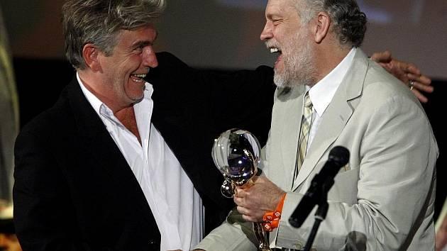Režisér Frederic Dumont převzal Velkou cenu – Křišťálový globus za film Anděl u moře z rukou Johna Malkoviche (vpravo) při závěrečném ceremoniálu 44. ročníku Mezinárodního filmového festivalu, který skončil 11. července v Karlových Varech.