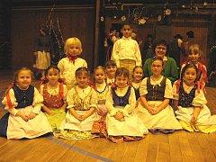 Členové Dětského souboru Blešky po vánočním vystoupení v Kyselce spolu se svojí paní učitekou Evou Hankovou.