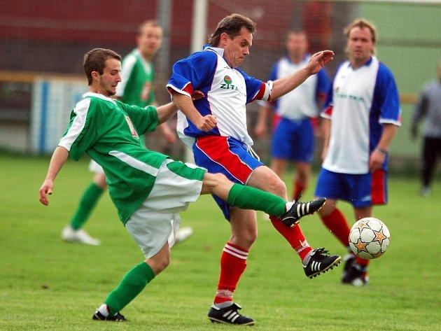 V sedmnáctém kole IV. třídy si připsali důležité vítězství 7:2 hráči nováčka ze Dvorů (v bílém), nad týmem hroznětínské rezervy (v zeleném).