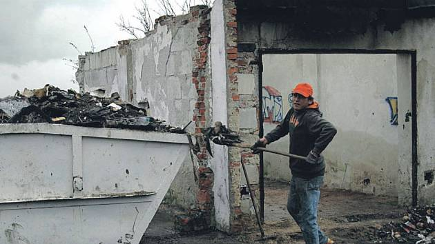 Úklid za peníze města. Magistrát nechal problematické garáže v Jabloňové ulici už několikrát vyčistit na náklady města. Skládky i nezvaní nájemníci se sem vždy ale vrátili.