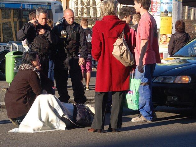 U tržnice v Karlových Varech srazilo auto starší ženu, která přecházela ulici mimo přechod.
