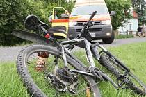 Střet cyklistky s náklaďákem skončila zraněním.