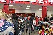 Bazárek dětského oblečení a jiných dětských potřeb v Kulturním domě Karlov v Benešově.