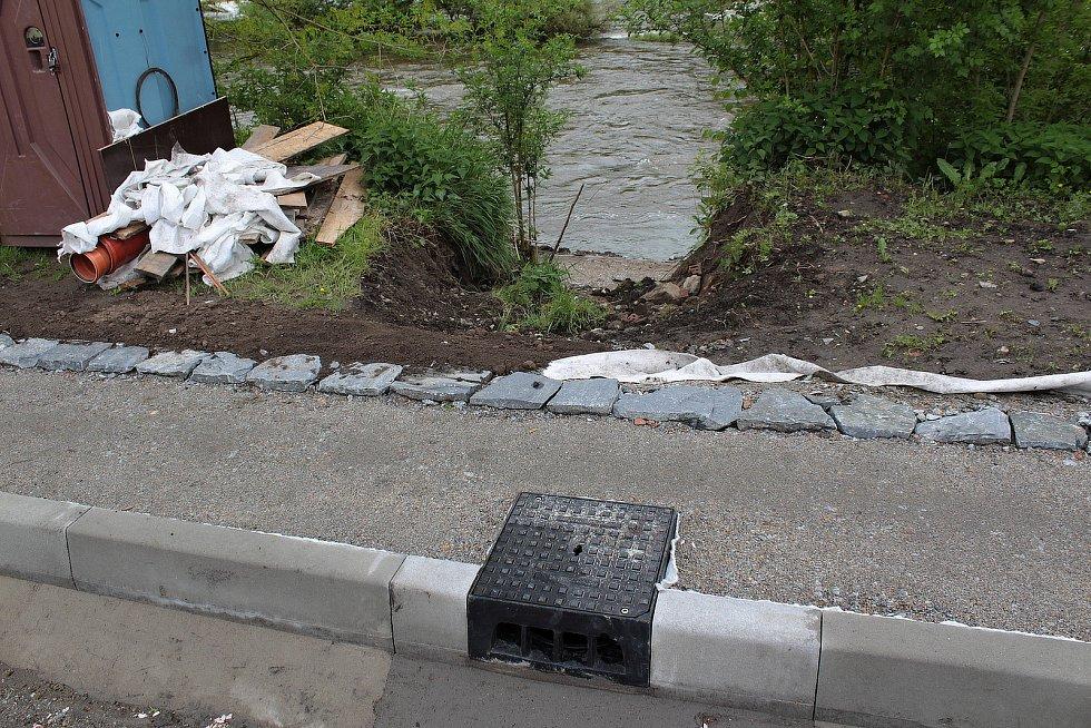 Stavba stezky podél Sázavy v týneckém Náklí.