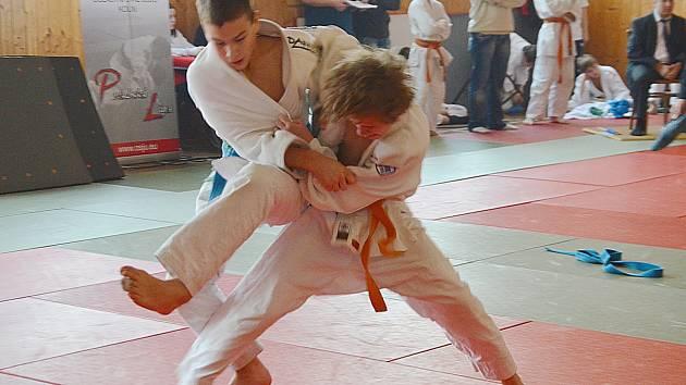 Tomáš Pikora z Benešova úspěšně útočí na soupeře s o dva stupně vyšším páskem.