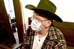 Zatímco pro nekuřáky je největším problémem spojeným s nošením roušky nebo respirátoru jejich těsné doléhání na obličej, kuřáci to mají ještě složitější. Pod ochrannou pomůcku se jejich neřest nevejde. A tak to jeden z kuřáků z Benešovska vyřešil po svém.