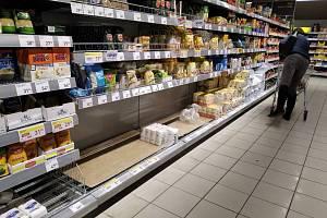 Nákupní horečka a poloprázdné regály v nákupních domech. Ilustrační foto.