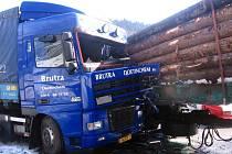 Kabiny holandského kamionu na místě řidiče byla zcela zdemolovaná