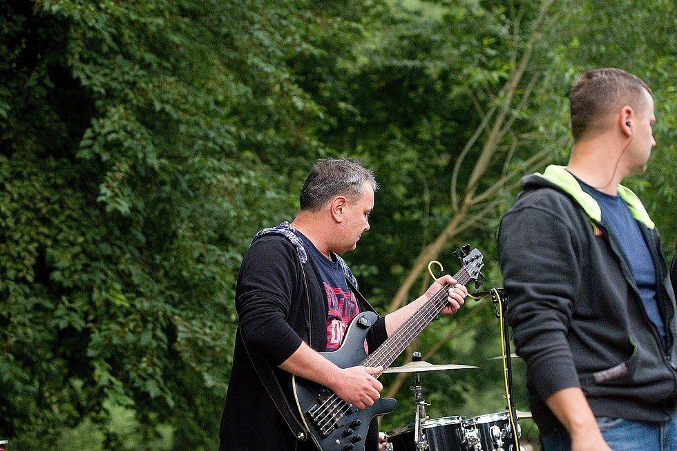 Vystoupení skupiny SPB v areálu kempu Sázavský ostrov v pátek 26. června.