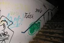 """Tag, který po sobě sprejeři zanechali ve Villaniho a Tyršově ulici """"zdobí"""" i podchod pod tratí u nemocnice."""