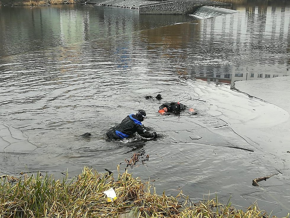 Potápěči propátrávají koryto řeky Otavy.
