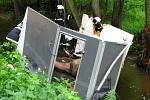 Přívěsný vozík s kobylou se v úterý po 16. hodině před Bučovicemi utrhl i se závěsem od auta, sjel do potoku Mastník, kde narazil do stromu a převrátil se.