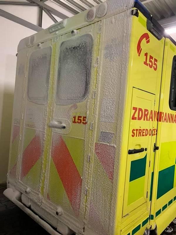 Sníh a mráz záchranářům komplikuje samotnou cestu za pacienty a následnou cestu do zdravotnických zařízení. Mráz i přes uniformu, oblečení a gumové rukavice pěkně štípe.