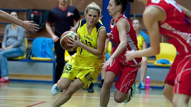 Benešovské basketbalistky (na snímku ve žlutém Tereza Hřebíková) sice vypadly ve čtvrtfinále s Pardubicemi, přesto je sedmé místo pro ně úspěchem.