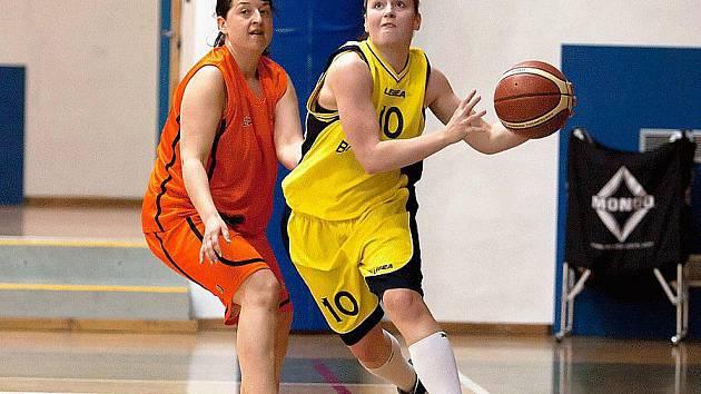 Lenku Brázdovou z Benešova (u míče), autorku 12 bodů, bránila berounská Sládková.