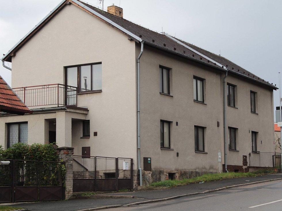 Dva objekty v ulici Červené Vršky v Benešově, kam by se měly nastěhovat zdravotní sestry.