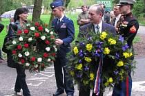 Pokládání věnců u pomníku amerických letců v podzámčí Konopiště