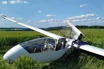 Po nouzovém přistání poškozený větroň na poli u Jankova.