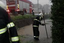 Bouřka a následný přívalový déšť zahltil koryto Mokrolhotského potoka, který se vylil.
