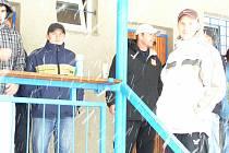 V Postupicích se ve sněhové vánici domácí hráči ani kondračtí fotbalisté nepřevlékali do dresů.