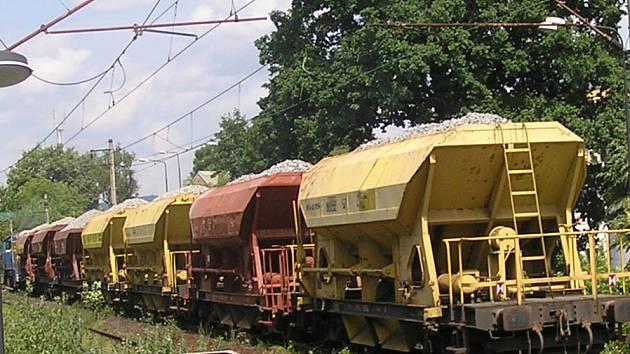 Štěrk z lomu odvozí nákladní automobily a železniční vagóny