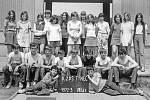 Týnecká třída 8. B v roce 1973. K focení se žáci řadili pokaždé na schodech před horním pavilonem základní školy.