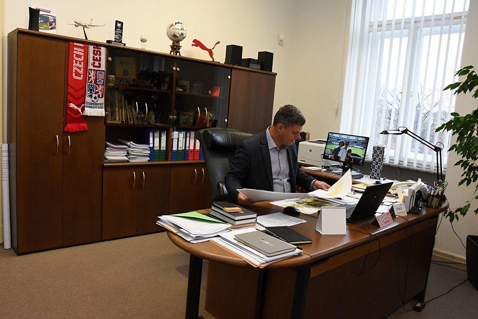 Adventní den otevřených dveří se v sobotu premiérově uskutečnil na Krajském úřadu Středočeského kraje ve Zborovské ulici na pražském Smíchově. Na snímku kancelář radního Martina Draxlera (ANO).