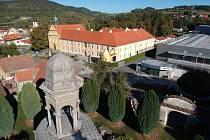 Votický Boží hrob po opravě v roce 2018. V pozadí klášter sv. Františka z Assisi, který také nedávno prošel náročnou rekonstrukcí.