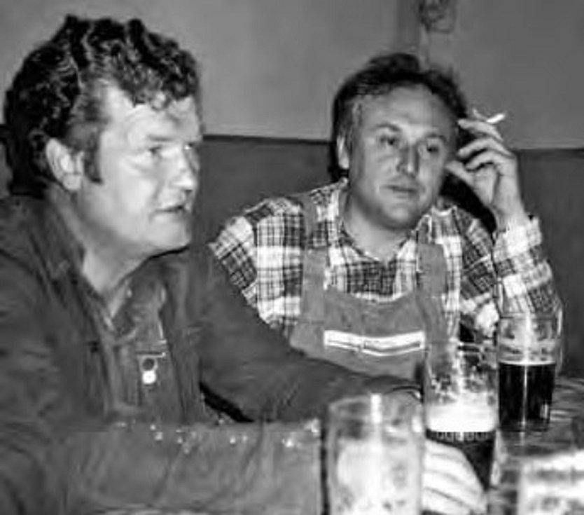 Na snímku J. Starosta a M. Heřmánek v přestávce úklidu vesnice před Závodem míru v r. 1983.