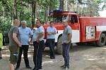 Kvůli suchu byli v pohotovosti i hasiči, kteří o přestávkách kropili jízdní dráhu.