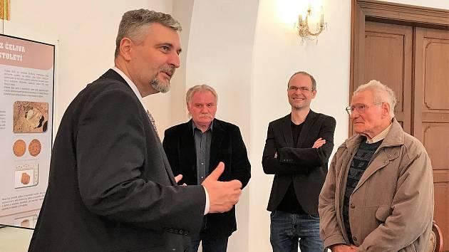 Předávání odměny nálezci čelivského pokladu Miroslavu Jurníčkovi ve vlašimském zámku.