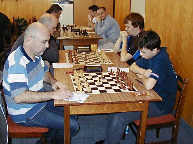 Zadní šachovnice z druholigového utkání Vlašim-Kolín. Domácí (vpravo) si se soupeřem poradili.