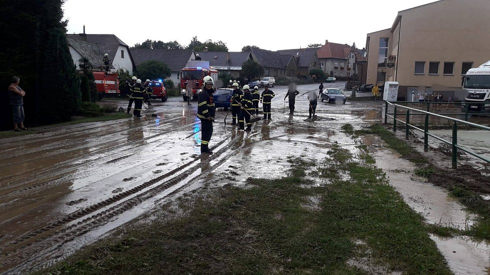 V obci Mezno přetekl místní rybník, voda zatopila níže položená místa.