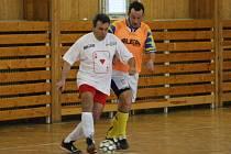 V nejnižší futsalové soutěži se Luboš Balata z Úročnice (vlevo) snažil zbavit Josefa Holejšovského z Chotýšan