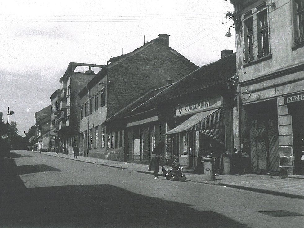 Restaurace Modrá hvězda v Zámecké, dnešní Tyršově, ulici v Benešově v roce 1959. Výčep byl v objektu vlevo od paní s kočárkem.