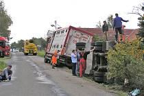 Nehoda soupravy převážející prasata se ve Spolích stala 10. října 2007.