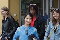 Vedoucí letošního dobrovolnického workcampu Monika Zhýbalová (vlevo) ze Slovácka a část jejích zahraničních svěřenců při návštěvě mateřské školky v Miličíně.
