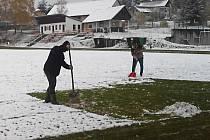 V Ostředku se uklízela sněhová nadílka ze hřiště, aby se mohlo hrát. To se povedlo a domácí smetli Zaječice 8:2.