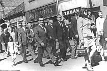Průvod soudruhů z Pramenu Benešov v Tyršově ulici na 1. máje 1973.