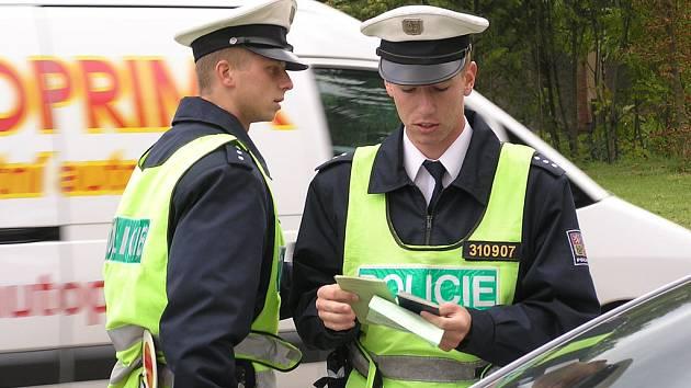 Policisté při silniční kontrole.