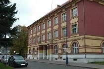 Přestože benešovská pobočka Všeobecné zdravotní pojišťovny platí již od listopadu nájem v nově pronajatých prostorách, stále  ještě obývá budovu na Husově náměstí (na snímku).
