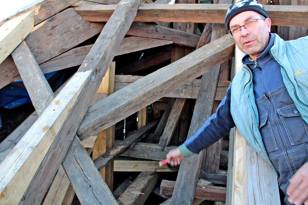 Opravu střechy kostela sv. Anny na benešovském Masarykově náměstí provádí firma Pavla Poláka z Příbrami..